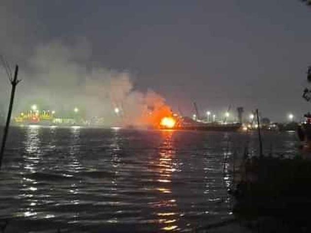 Tàu chở xăng bốc cháy, 2 người chết, một người mất tích - 1