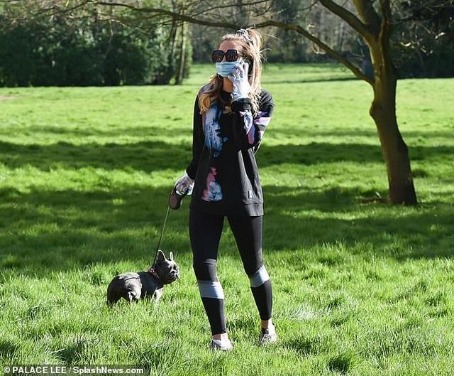 Georgia Harrison đeo găng tay, khẩu trang dắt cún đi dạo - 1