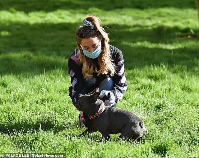 Georgia Harrison đeo găng tay, khẩu trang dắt cún đi dạo - 2