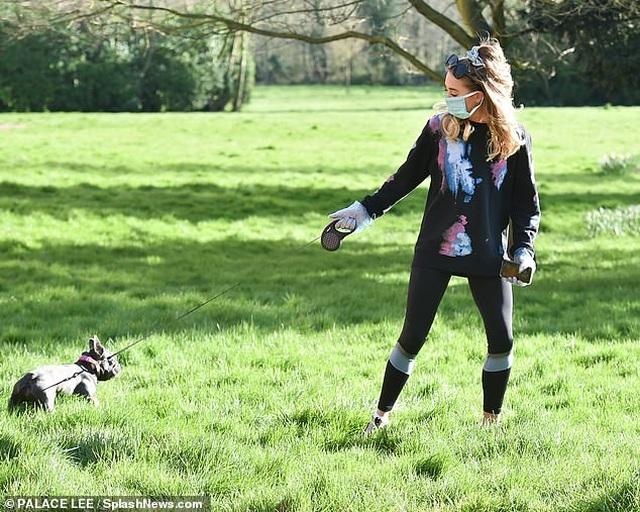 Georgia Harrison đeo găng tay, khẩu trang dắt cún đi dạo - 4
