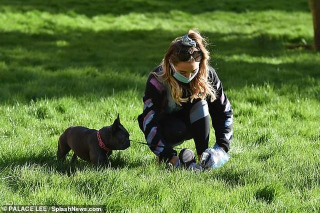 Georgia Harrison đeo găng tay, khẩu trang dắt cún đi dạo - 5