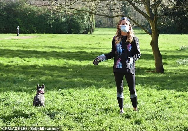 Georgia Harrison đeo găng tay, khẩu trang dắt cún đi dạo - 8