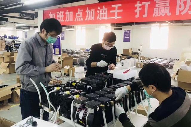 Hàng loạt DN Trung Quốc hoạt động 24/7 lắp đặt máy thở cho Milan, New York - 1