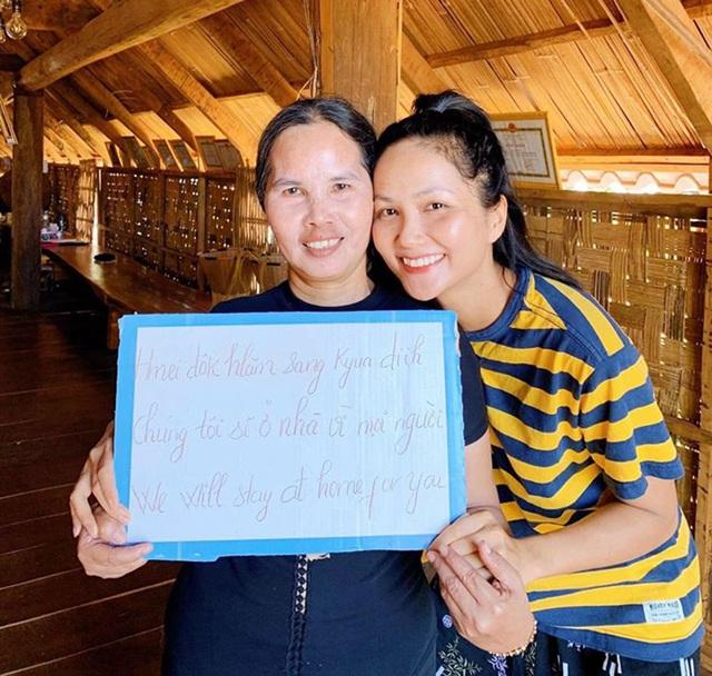 Hoa hậu H'Hen Niê, Khánh Vân kêu gọi mọi người hạn chế ra đường mùa dịch - 3