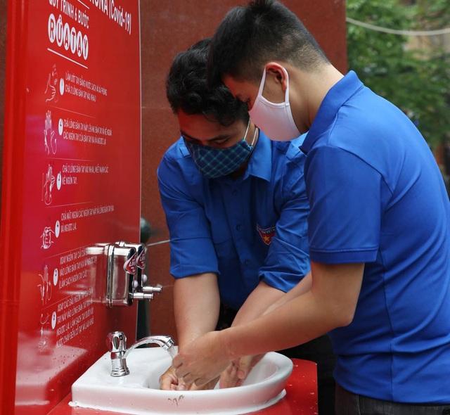 Thanh niên Hà Nội tích cực hỗ trợ khu cách ly, lắp 100 bồn rửa tay miễn phí - 9