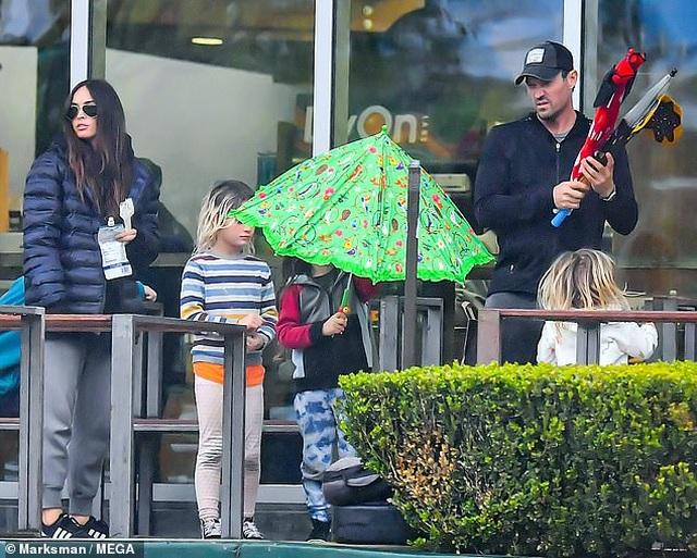 Megan Fox xinh đẹp đưa con đi siêu thị - 4