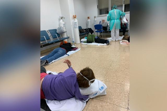 Bệnh nhân nằm la liệt dọc hành lang bệnh viện Tây Ban Nha - 3