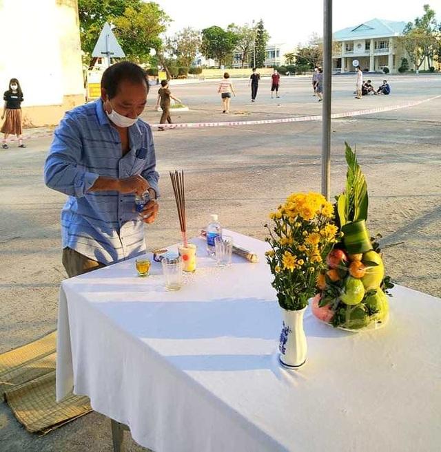 Người đàn ông lập bàn thờ chịu tang cha trong khu cách ly - 2