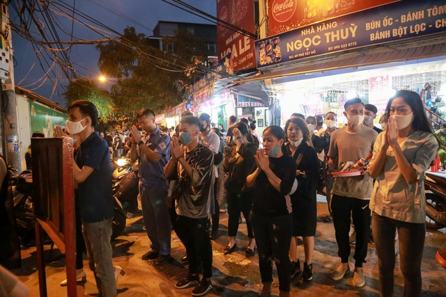 Phủ Tây Hồ đóng cửa, hàng trăm người dân vẫn chen nhau đi lễ - 5
