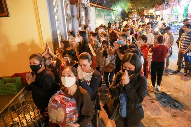 Phủ Tây Hồ đóng cửa, hàng trăm người dân vẫn chen nhau đi lễ - 15