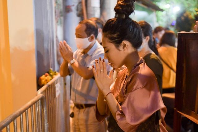 Phủ Tây Hồ đóng cửa, hàng trăm người dân vẫn chen nhau đi lễ - 13
