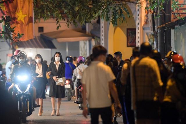 Phủ Tây Hồ đóng cửa, hàng trăm người dân vẫn chen nhau đi lễ - 6