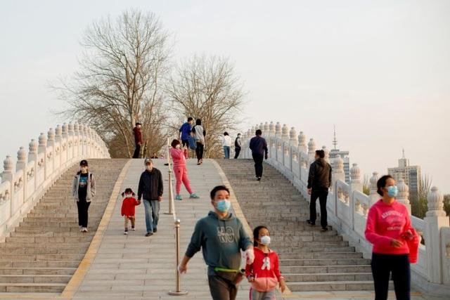 Trung Quốc ghi nhận số ca nhiễm mới virus corona tăng vọt - 1