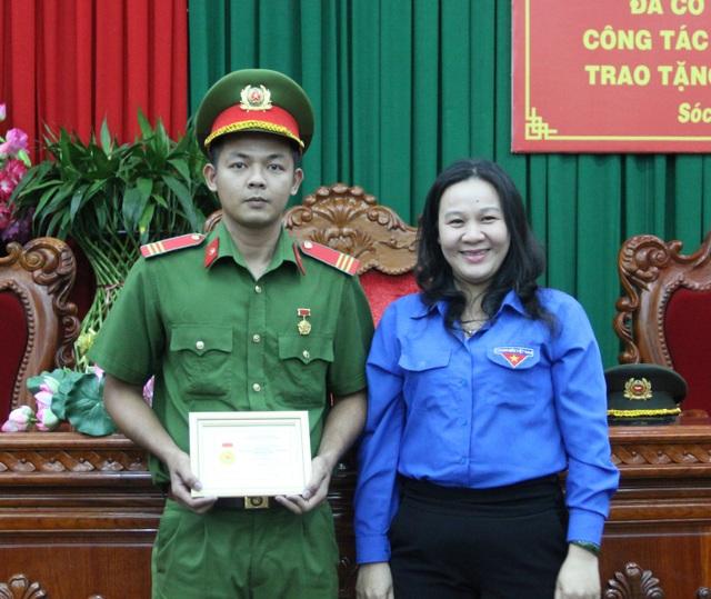 Chiến sĩ công an Sóc Trăng nhận huy hiệu Tuổi trẻ dũng cảm - 1