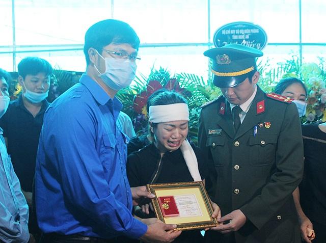 Trao Huy hiệu Tuổi trẻ dũng cảm tới Đại úy công an hi sinh khi bắt tội phạm - 1