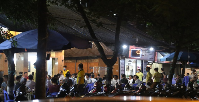 """Bất chấp """"lệnh cấm"""", nhiều quán nhậu Hà Nội vẫn tấp nập đón khách - 1"""