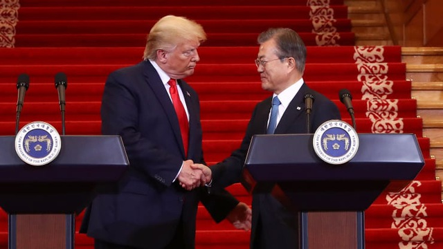 Ông Trump đề nghị Hàn Quốc hỗ trợ thiết bị y tế giúp Mỹ chống dịch - 1