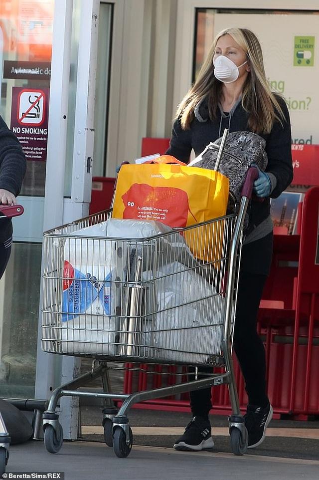 Người mẫu Caprice Bourret đeo khẩu trang, găng tay đi siêu thị - 6