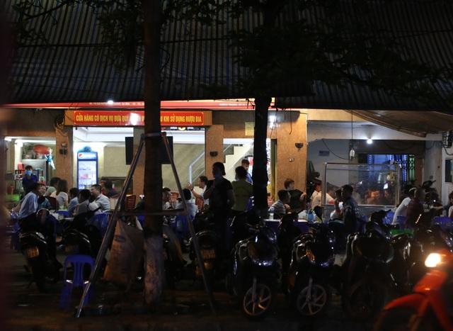 """Bất chấp """"lệnh cấm"""", nhiều quán nhậu Hà Nội vẫn tấp nập đón khách - 3"""