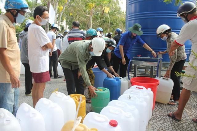 Đoàn viên VP Chính phủ tặng nước ngọt cho người dân vùng hạn, mặn - 1