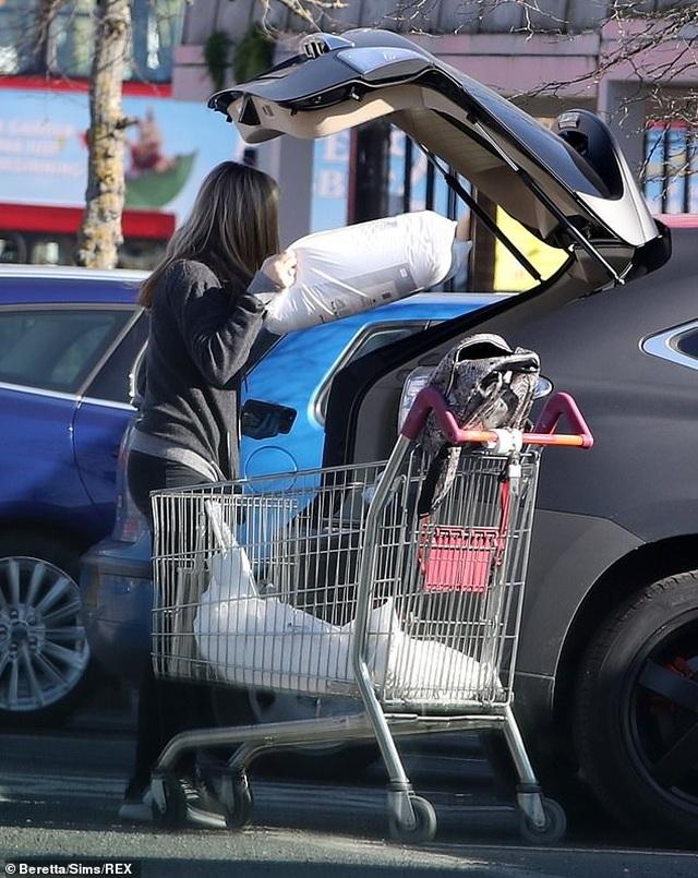 Người mẫu Caprice Bourret đeo khẩu trang, găng tay đi siêu thị - 5