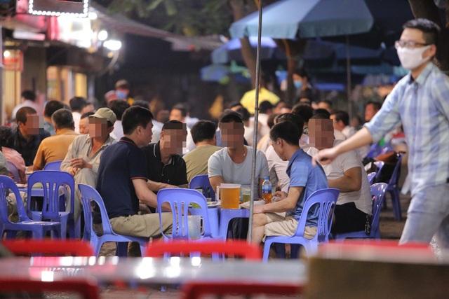 """Bất chấp """"lệnh cấm"""", nhiều quán nhậu Hà Nội vẫn tấp nập đón khách - 4"""