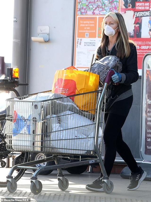 Người mẫu Caprice Bourret đeo khẩu trang, găng tay đi siêu thị - 4