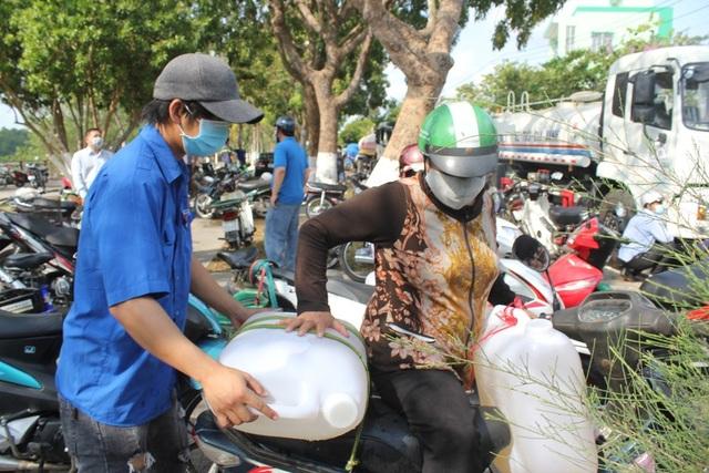 Đoàn viên VP Chính phủ tặng nước ngọt cho người dân vùng hạn, mặn - 2