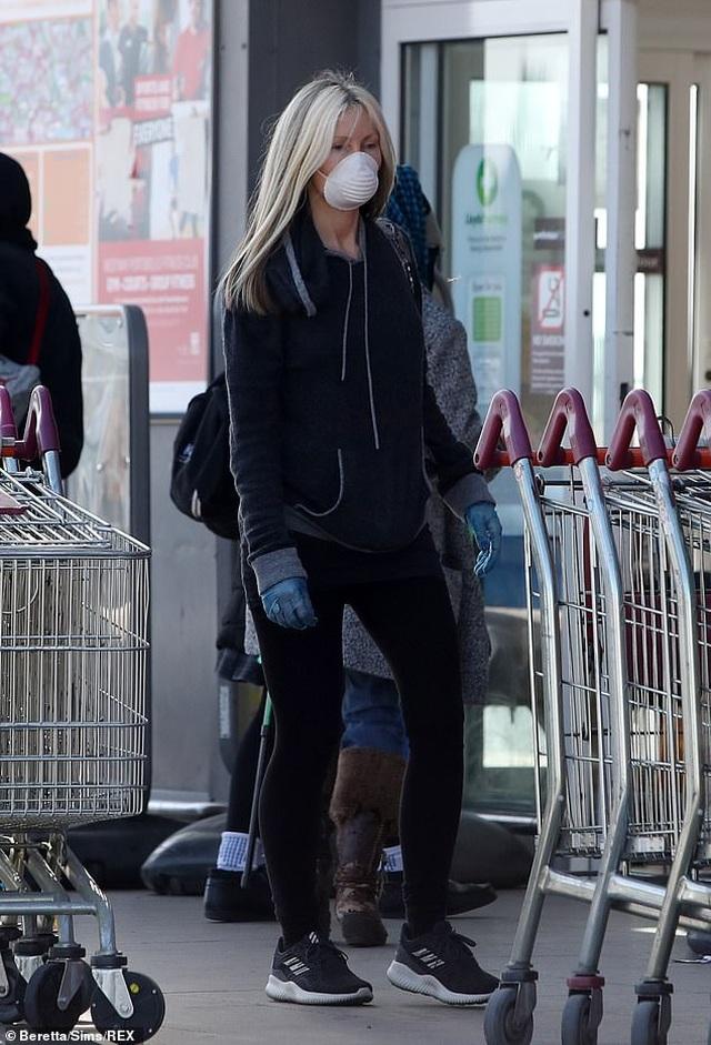Người mẫu Caprice Bourret đeo khẩu trang, găng tay đi siêu thị - 1
