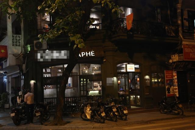 """Bất chấp """"lệnh cấm"""", nhiều quán nhậu Hà Nội vẫn tấp nập đón khách - 8"""