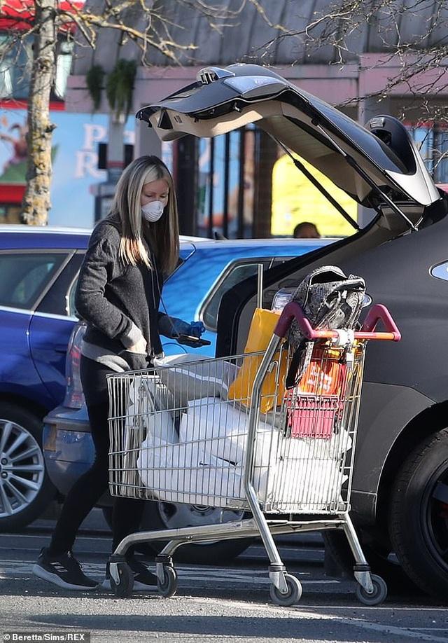 Người mẫu Caprice Bourret đeo khẩu trang, găng tay đi siêu thị - 3