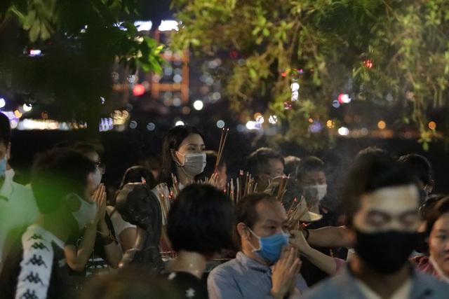 Phủ Tây Hồ đóng cửa, hàng trăm người dân vẫn chen nhau đi lễ - 4