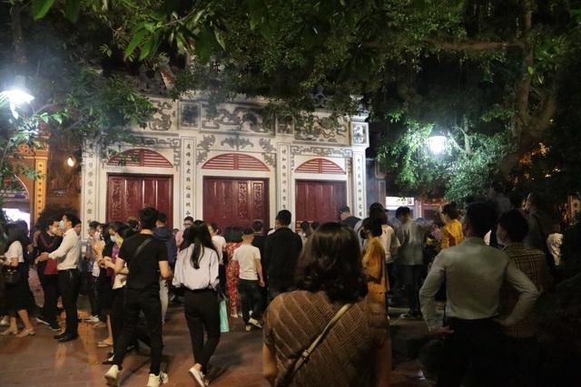 Phủ Tây Hồ đóng cửa, hàng trăm người dân vẫn chen nhau đi lễ - 1