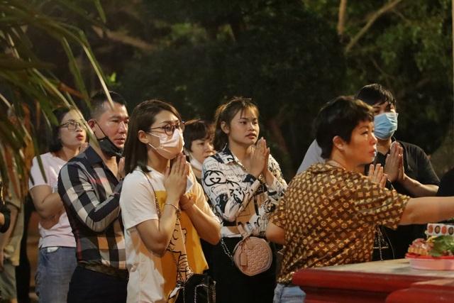 Phủ Tây Hồ đóng cửa, hàng trăm người dân vẫn chen nhau đi lễ - 2