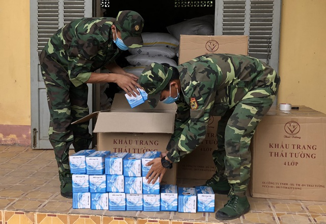 Bắt người nước ngoài buôn lậu khẩu trang y tế - 2