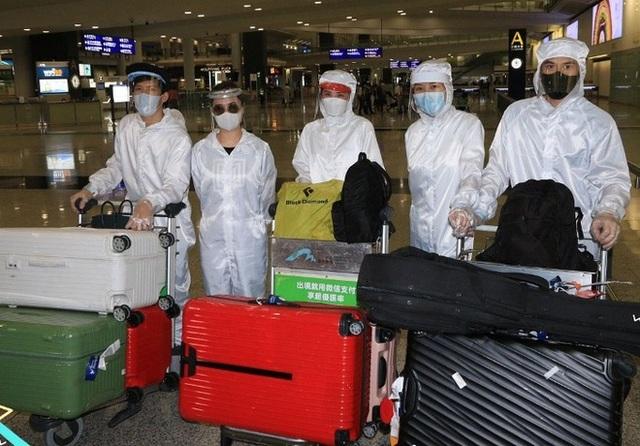 Thái Trác Nghiên, Chung Hân Đồng che kín người ở sân bay - 1