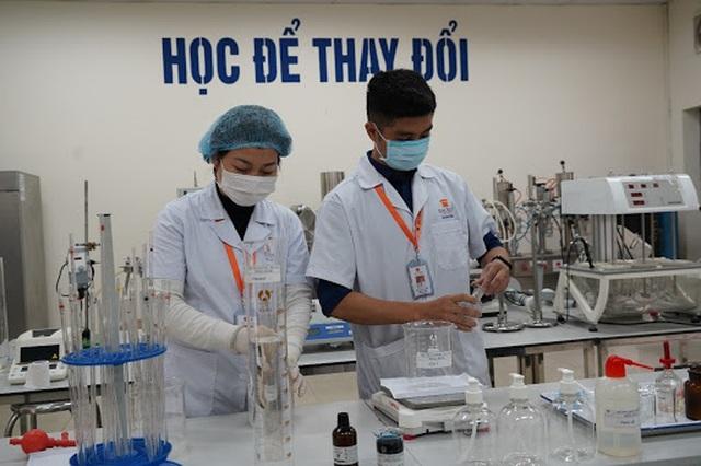 Một đại học chi 2 tỷ đồng pha chế gel rửa tay sát khuẩn tặng cộng đồng - 1