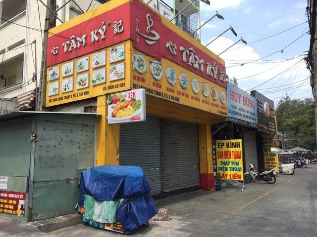 """TPHCM: Nhà hàng, quán ăn """"cắn răng"""" giảm công suất, tung chiêu """"Take away"""" - 1"""