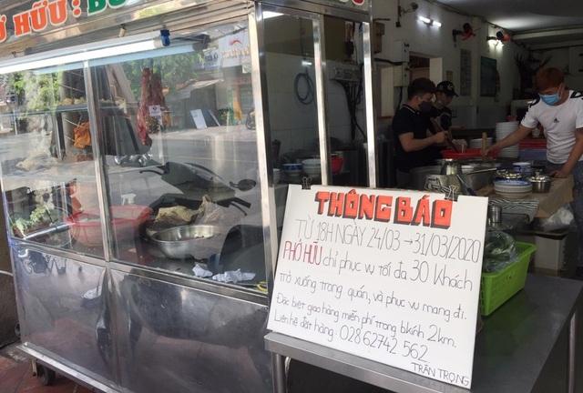 """TPHCM: Nhà hàng, quán ăn """"cắn răng"""" giảm công suất, tung chiêu """"Take away"""" - 2"""