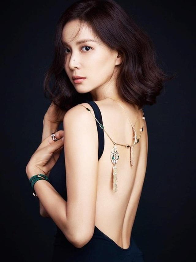 """Vợ Jang Dong Gun lần đầu xuất hiện sau scandal """"tìm gái gọi"""" của chồng - 4"""