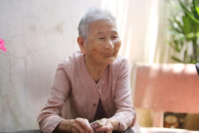 Mẹ Việt Nam Anh hùng ủng hộ 5 triệu đồng chống dịch Covid-19 - 2