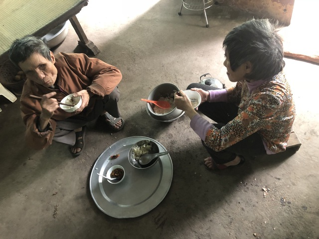 Xót thương người đàn ông mù lần mò nuôi em gái tâm thần trong đói nghèo - 5
