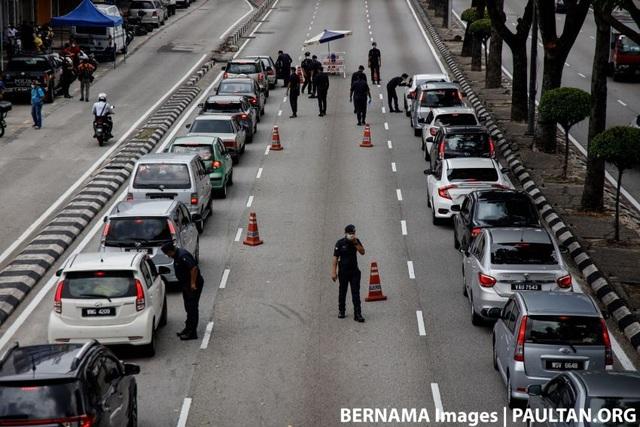 Malaysia yêu cầu một người một xe để ngăn chặn Covid-19 - 3