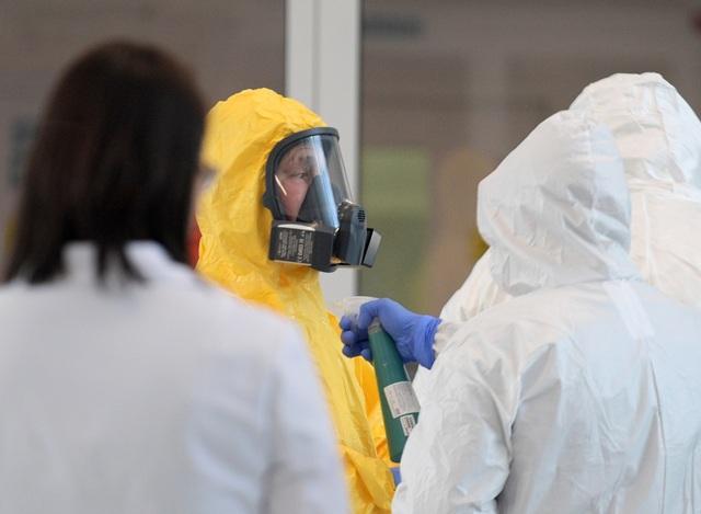 Ông Putin mặc đồ bảo hộ thăm bệnh nhân Covid-19 - 3