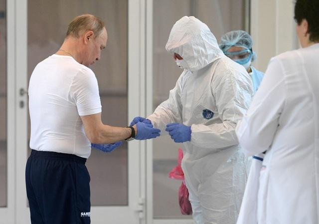 Ông Putin mặc đồ bảo hộ thăm bệnh nhân Covid-19 - 1