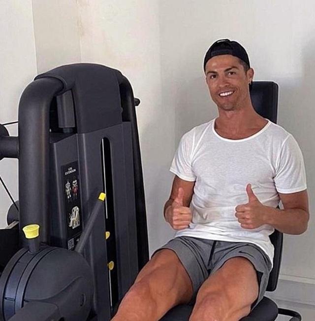 C.Ronaldo khoe cơ bắp cuồn cuộn khi cách ly tại nhà - 2