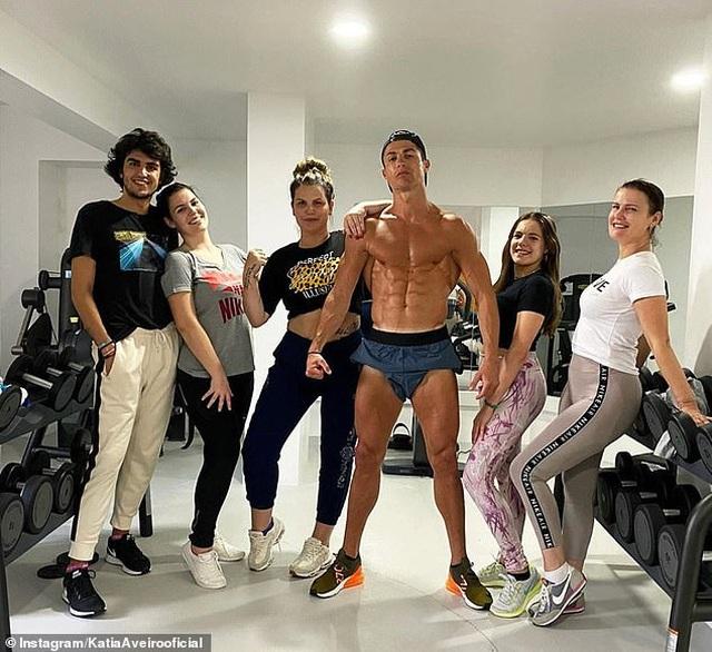 C.Ronaldo khoe cơ bắp cuồn cuộn khi cách ly tại nhà - 1