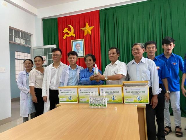 Trường THPT pha chế dung dịch rửa tay khô tặng các bệnh viện, trường học - 1