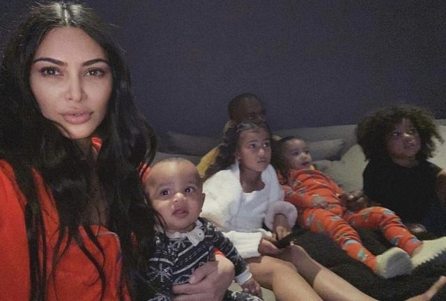 Kim Kardashian cần ý tưởng giúp trẻ chơi ở nhà mùa dịch - 1