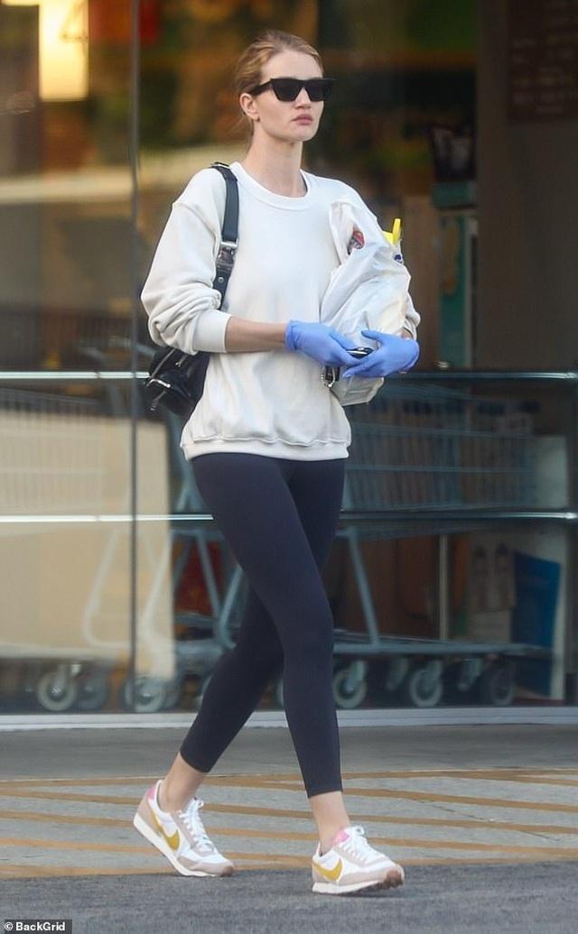 Bạn gái Người vận chuyển đeo găng tay, khẩu trang đi mua sắm - 1